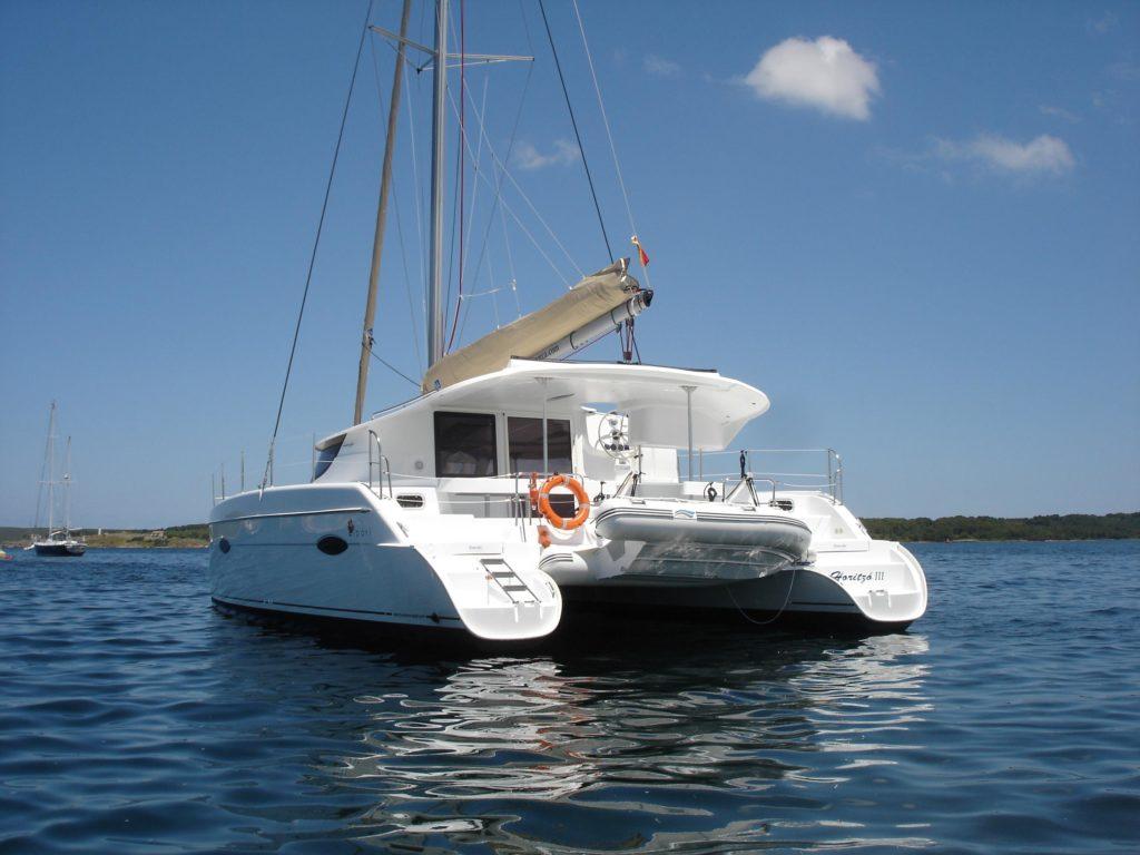 Catamarán en el que pasaremos unas vacaciones en Menorca