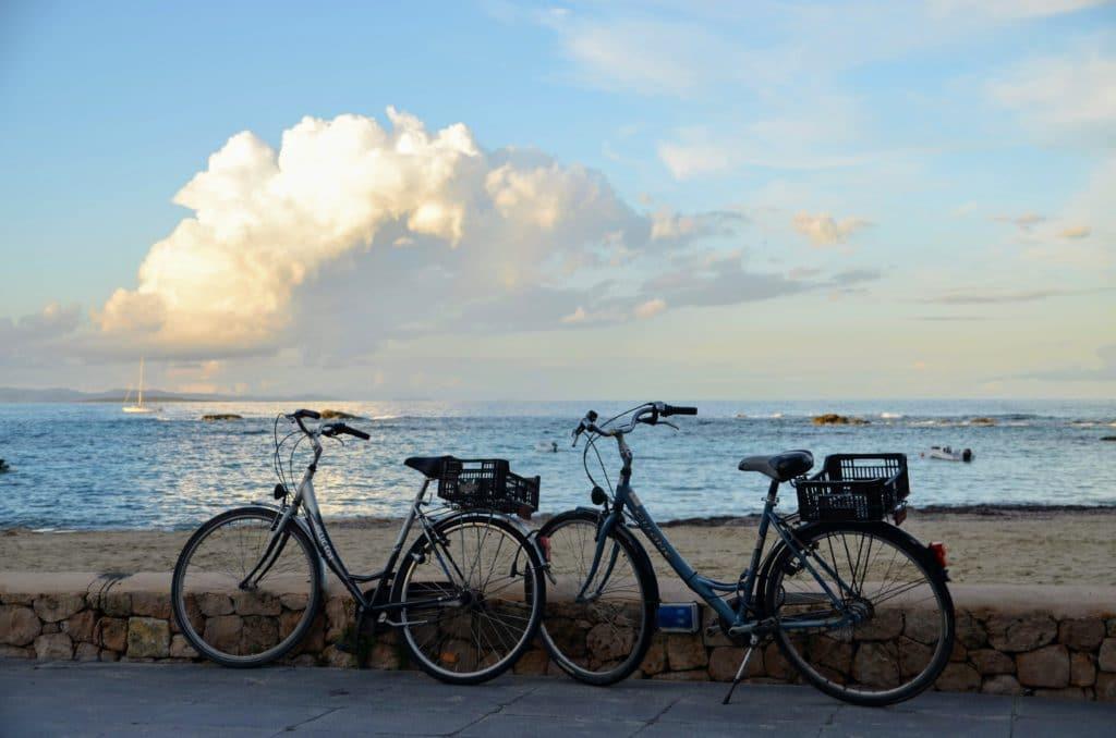 Una de las razones para pasar tus vacaciones en velero es una excursión en bicicleta por Formentera