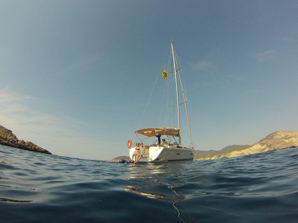 Disfrutando de la hora del baño en un velero es una buena razón para elegir un charter en vacaciones