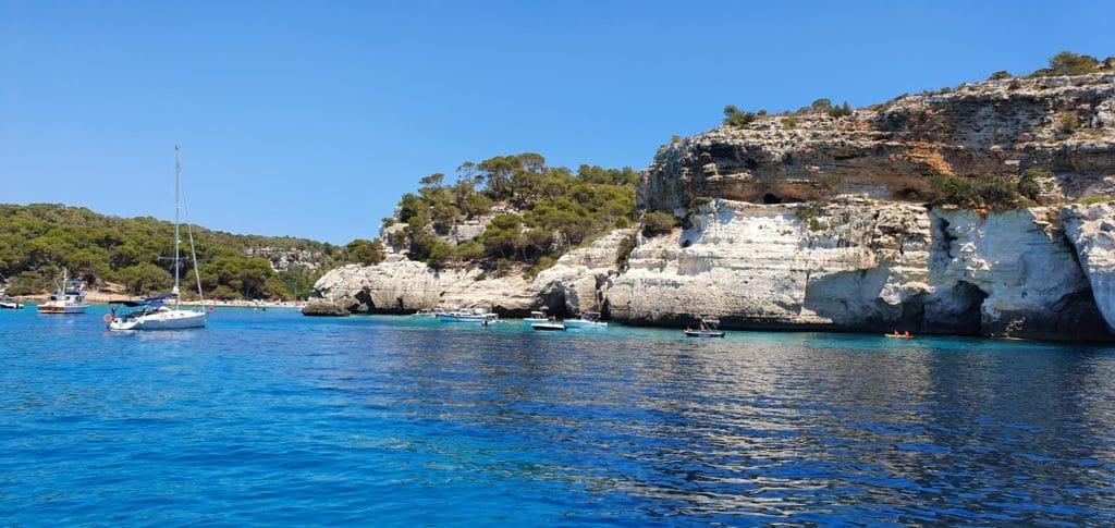 Cala Macarella. Una clásica en las calas que visitar en Menorca