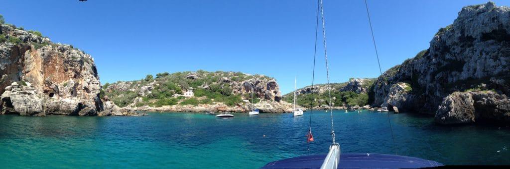 Cales Coves es una parada obligatoria en cualquier viaje a Menorca. Aquí vemos una panorámica desde un velero