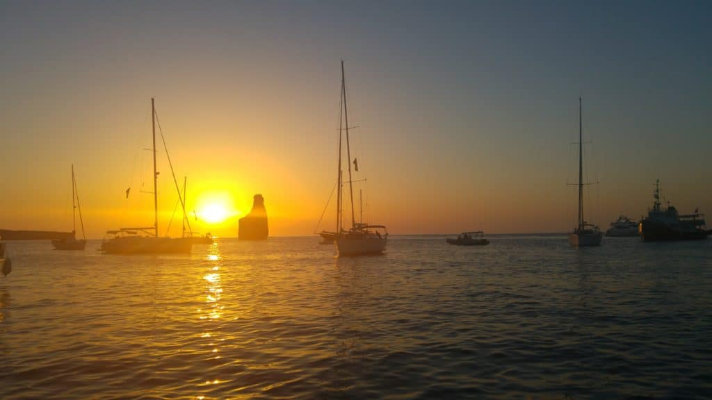 Puesta de sol en Benirrás en un día cualquiera en barco