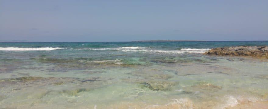 Playa de Formentera en un viaje en barco por plazas