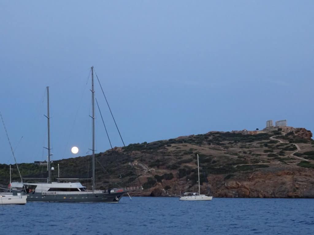 Cabo Sounion en Grecia durante un viaje en velero por plazas