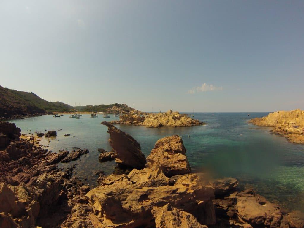 Cala Pregonda en Menorca durante un viaje en velero por plazas