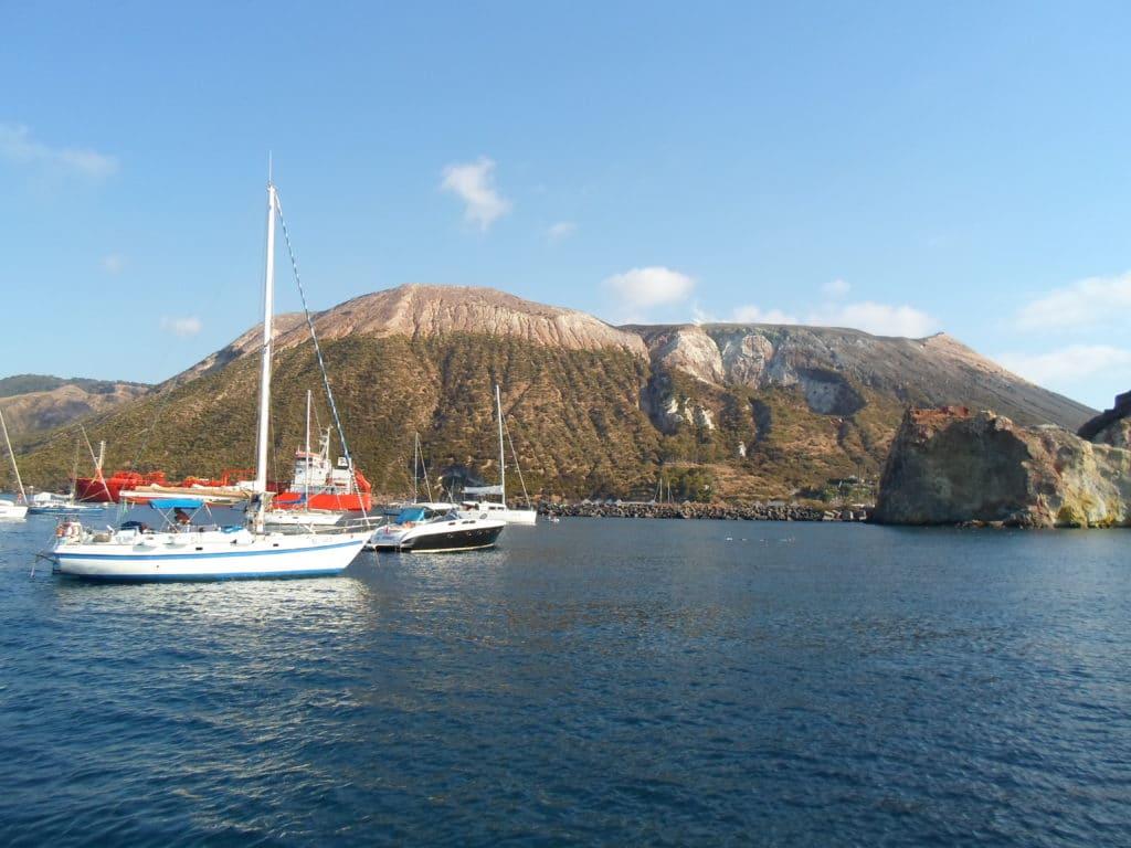Vulcano en las islas Eolias durante un vaje en velero por plazas
