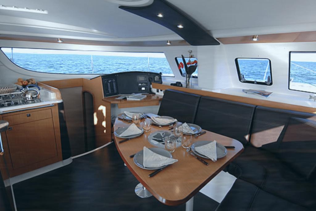 Interior catamarán viaje por Menorca